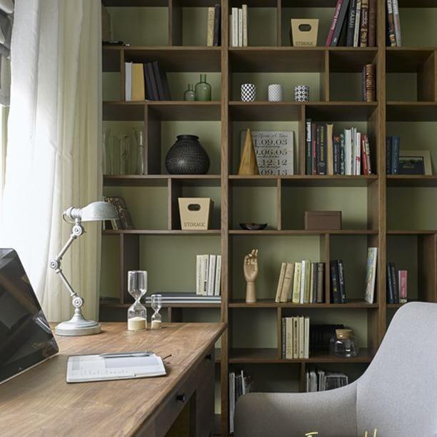 """На сайте houzz.ru опубликована история нашего нового проекта """"Французские аккорды"""" Если вы ее еще не читали, то  по ссылке в профиле Стеллаж для этого кабинета сделан в нашей столярной мастерской  #enjoy_home #мебельназаказ"""