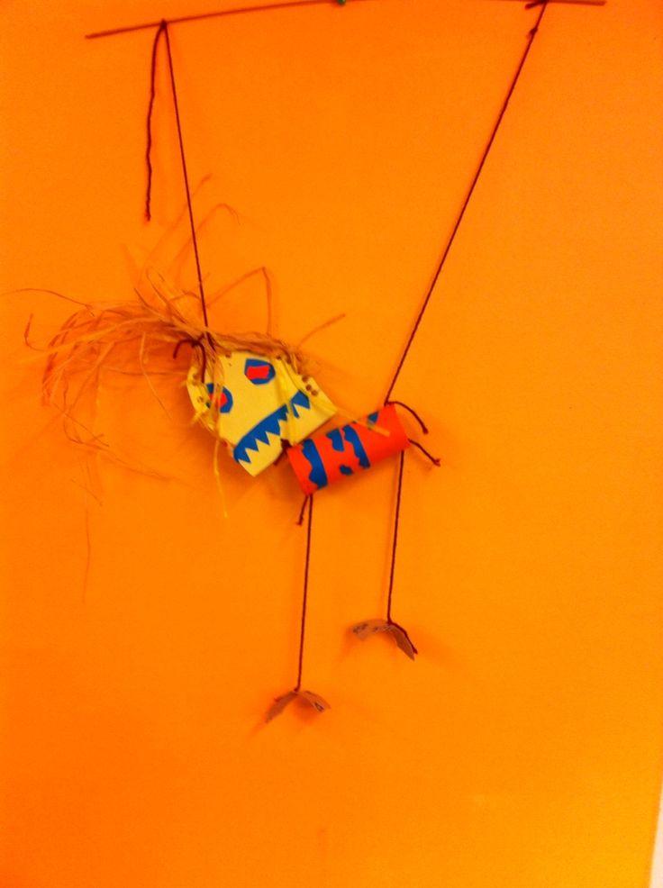 Groep 6 vrolijke marionetten poppetjes van wc rolletjes en rest materiaal