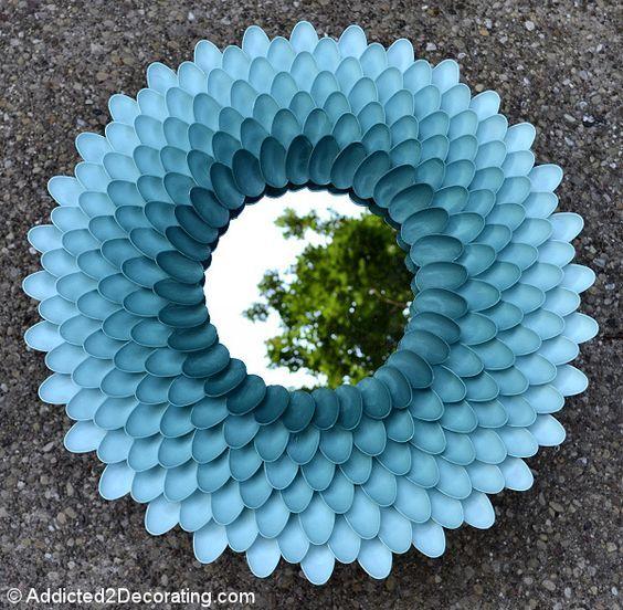 marco para espejo hecho con cucharas de plástico  | Más marcos caseros ►http://trucosyastucias.com/decorar-reciclando/marcos-de-fotos-caseros #DIY #manualidades: