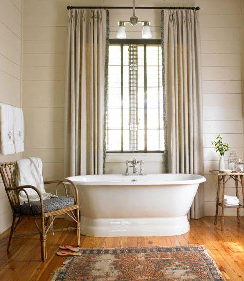 Bagno con vasca e pavimento in legno