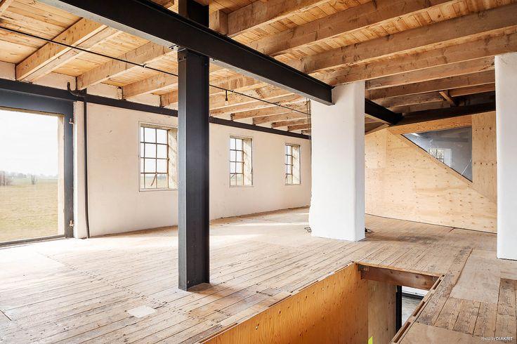 Trä, stål och vita väggar