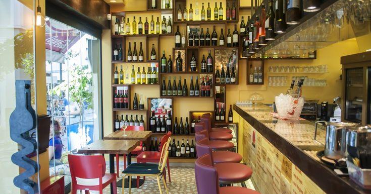 Όνομα εμπνευσμένο από την ταινία του Αλεξάντερ Πέιν, ποιήματα στην μπάρα, 80 ετικέτες κρασιού και μεγάλη ποικιλία σε μπρουσκέτες σε μια όμορφη vineria στις παρυφές της Πλάκας.