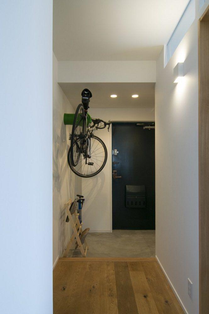 寝室と玄関の間の壁に欄間を設置 玄関に窓が無いので 欄間から光を