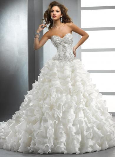 Sottero&Midgley EVANGELINE - Pre nevestu, ktorá chce mať všetko, sa tieto šaty stanú jej splneným snom! Od prepracovaných detailov vytvorených Swarovski krištálikmi na korzete, až po bohatú vrstvenú sukňu, sú tieto svadobné šaty rozprávkou, v ktorej je nevesta v role princeznej.