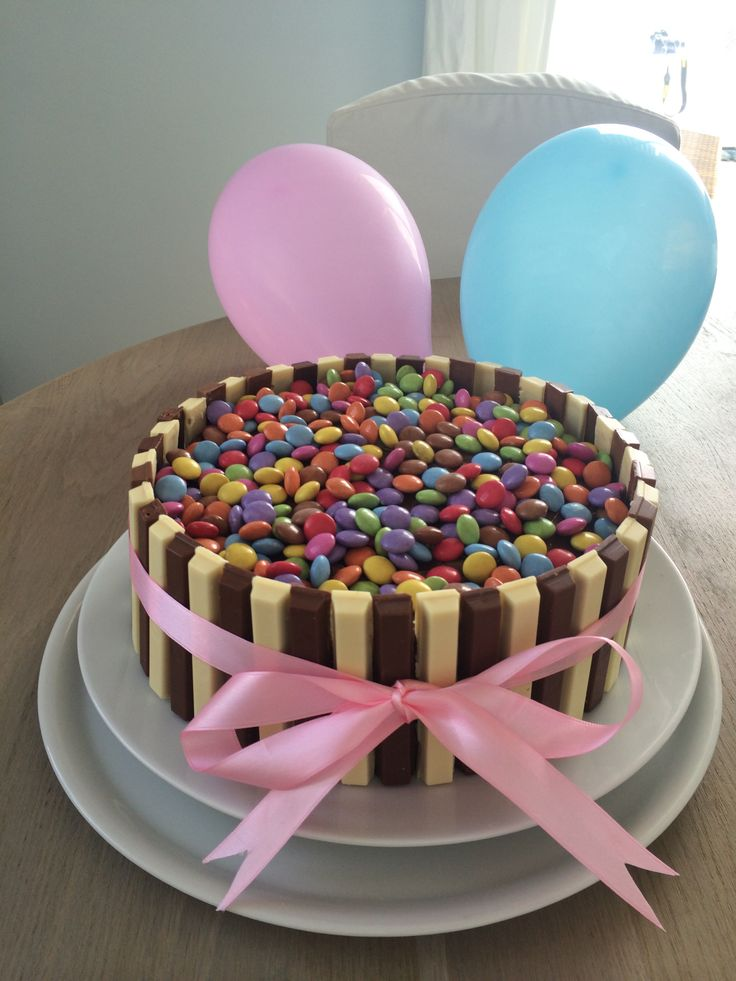 Torta al cioccolato con smarties e kitkat