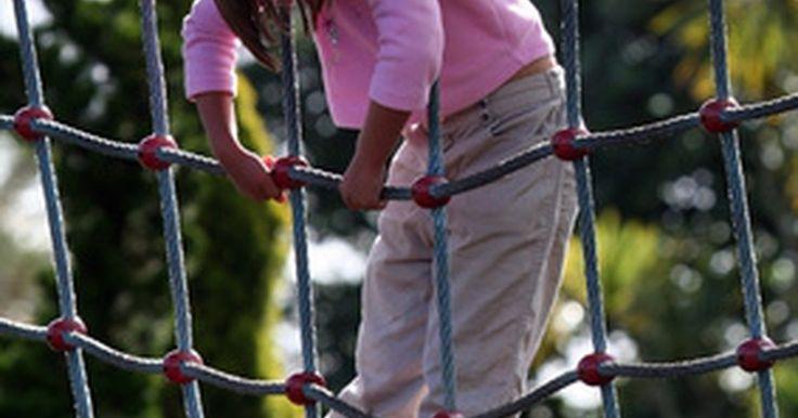 Cómo hacer una red con cuerdas de escalar. Después de que la vida útil de una cuerda para escalar ha pasado y no sirve más para absorber la carga de impacto de las caídas, aún sigue siendo fuerte y se puede emplear para otros fines. Uno de esos usos es hacer una red que pueda ser utilizada para una carrera de obstáculos, como parte de un parque de juegos infantiles o para hacer una valla o ...