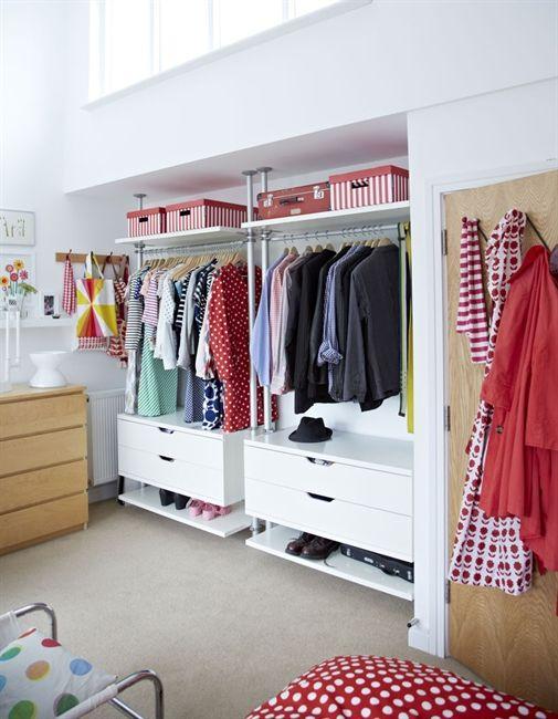 Ne laissez pas de trou grâce à ce dressing qui se fixe en force par les perches entre le sol et le plafond (IKEA)