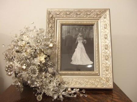 vintage jewelry bouquetVintage Wedding, Bridal Bouquets, Brooches Bouquets, Flower Bouquets, Jewelry Bouquets, Wedding Bouquets, Vintage Brooches, Bouquets Ideas, Vintage Jewelry