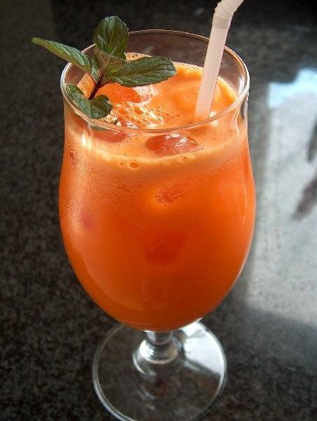 Sumo natural de laranja, cenoura e maçã
