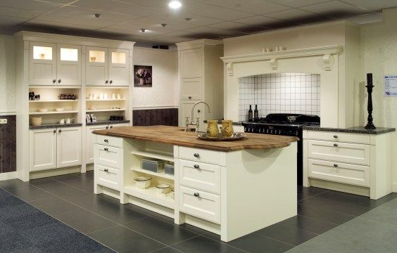 Showroomkeuken met keukeneiland. Brengt sfeer aan.   DB Keukens
