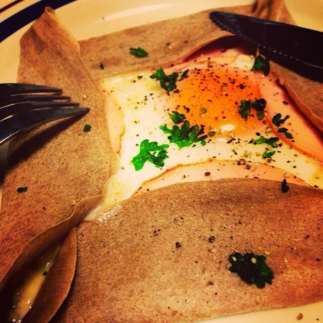 NHK【きょうの料理】公式サイトに掲載されているケンタロウ氏のレシピを元にして作ってみました。具は、卵、チーズ、ハムとシンプル&ベーシックに。失敗知らずで、とても簡単に出来ました❤︎素晴らしいレシピに感謝! - 8件のもぐもぐ - そば粉のガレット by Sayaka Suzuki