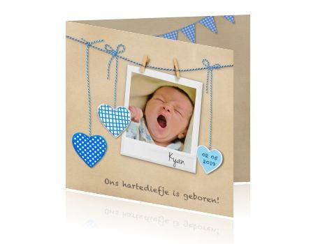 Lief kraft kaartje voor de geboorte van een jongen. Plaats een eigen foto van jullie zoontje achter dit hippe polaroid kader.