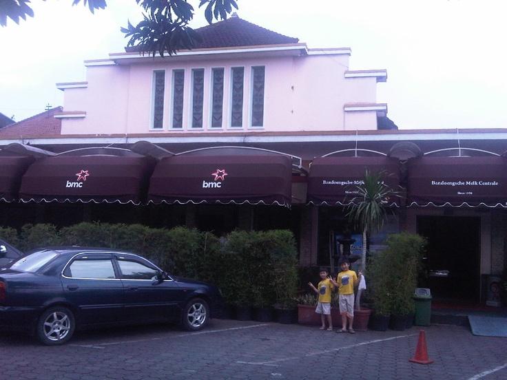 Bandoengsche Melk Centrale atau BMC merupakan salah satu resto yang dapat dijadikan tujuan wisata kuliner yang menarik di kota Bandung. Di sini Anda dapat menikmati beragam makanan dan minuman dengan suasana tempo dulu. Menu utama di BMC adalah Sop Buntut Goreng dan berbagai minuman dari susu seperti yogurt, susu murni, dan minuman lainnya.