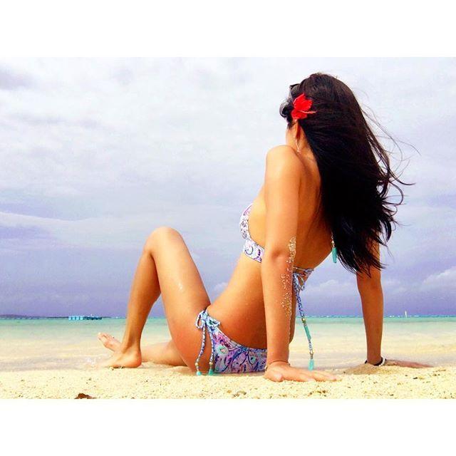 【ayaka_wakao】さんのInstagramをピンしています。 《👙🌺 『エメラルドビーチ🐬🌴』 焼けた。焼けた。あ〜真っ黒。 元々黒いから、いっか😜笑 💁🏽. #okinawa#emeraldgreen#emeraldbeach#beach#Sea#bikini#beautifullocation#October#selfie#alonetrip#trip#victoriasecrets#沖縄#エメラルドビーチ#ビーチ#海#日焼け肌#ビクトリアシークレット#ビキニ#後ろ姿#醸し出す雰囲気#なんてね😛》