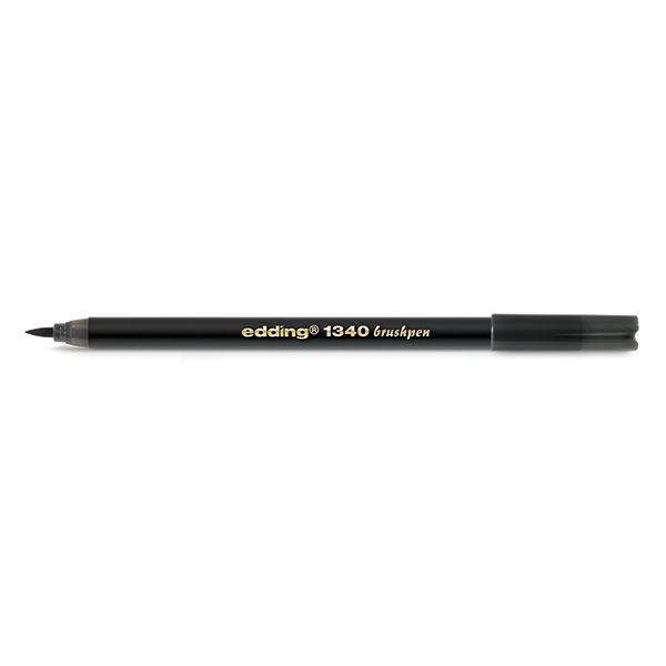 Edding 1340 brushpen zwart  |  De Edding 1340 zwarte brushpen is geschikt voor een verscheidenheid aan creatieve projecten. Deze viltstift heeft een zeer flexibele punt, waardoor de schrijf- en tekenbreedte kan variëren van zo dun als een speld tot zo breed als een penseel. Brushpennen zijn o.a. geschikt voor het decoreren van kaarten of het inkleuren van stempels. De inkt op waterbasis is voor het drogen te mengen met water, waardoor een bijzonder waterverfeffect ontstaat.