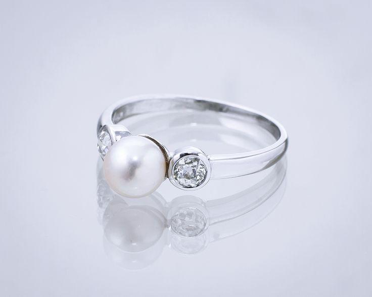 Pierścionek z perłą i diamentami.  #Sklep #Złoto-Orla #Warszawa #perła #diamenty #pierścionek #pierścionekzaręczyny #zaręczyny #ślub #wesele