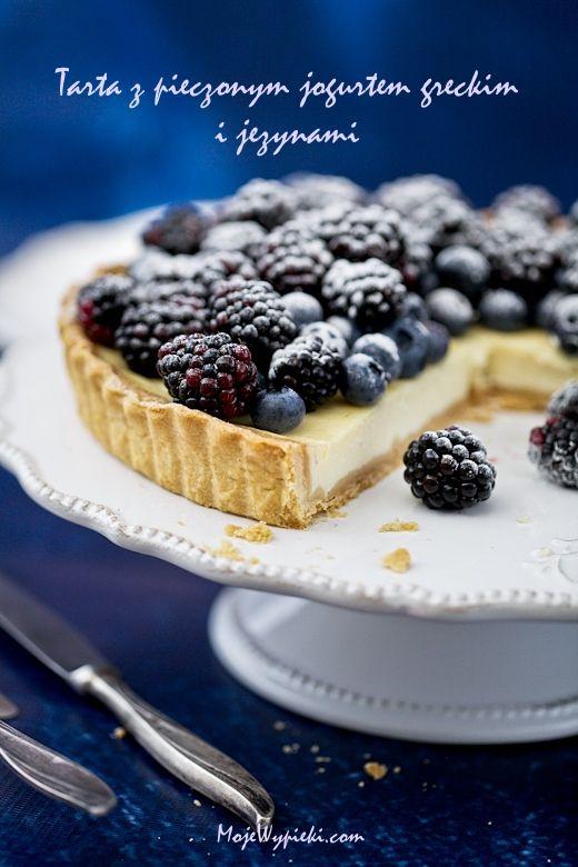 Tarta z pieczonym jogurtem greckim i owocami leśnymi