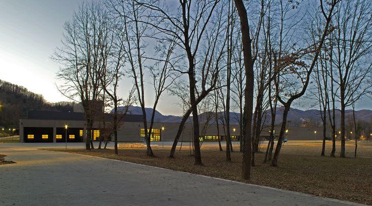 Nel paesaggio naturalistico del parco Gessi, a Serravalle Sesia (VC), sorge lo stabilimento prefabbricato Baraclit commissionato dal numero uno italiano dell'arredo per bagni.