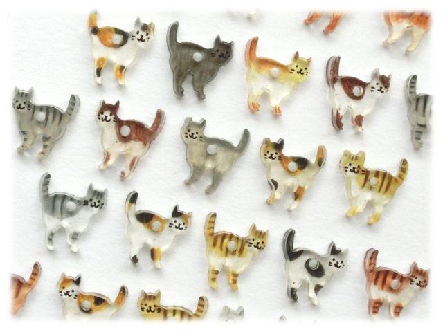 5/22+++ 9度目の新入りさんがやって来ました +++* * *――今日は猫の集会。新入りの猫さんが大勢います。プラバンで作った、ちいさなちいさなネコのピアスです。 ひとつひとつ色鉛筆で彩色しているので、模様はさまざま。同じ子は一つとしていません。 お気に入りのネコを見つけてくださいね。【素材】 ・モチーフ: プラ板(表面に線画、裏面に色鉛筆で彩色&トップコートでコーティング) 彩色...