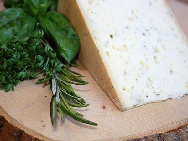 Unser #Bärlauchkäse ist ein #Rohmilchkäse den wir von Anfang April bis Juni anbieten können. Durch das zugeben von #Bärlauch beim Käsen erhält er seinen typischen #Bärlauchgeschmack. #Bärlauch, auch grüner #Knoblauch genannt, schmeckt nicht nur gut, sondern ist auch noch #gesund.  http://shop.hochalp.com/kase/schnittkase/baerlauchkaese-1kg.html