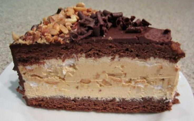 """Am vazut o mulțime de rețete de snickers, dar această rețetă simplă de tort """"Snickers"""" aerat neapărat trebuie adăugată în rețetar și încercată de sărbători! INGREDIENTE: Pentru blatul de ciocolată: -2 pahare de făină (300 g); -2 pahare de"""