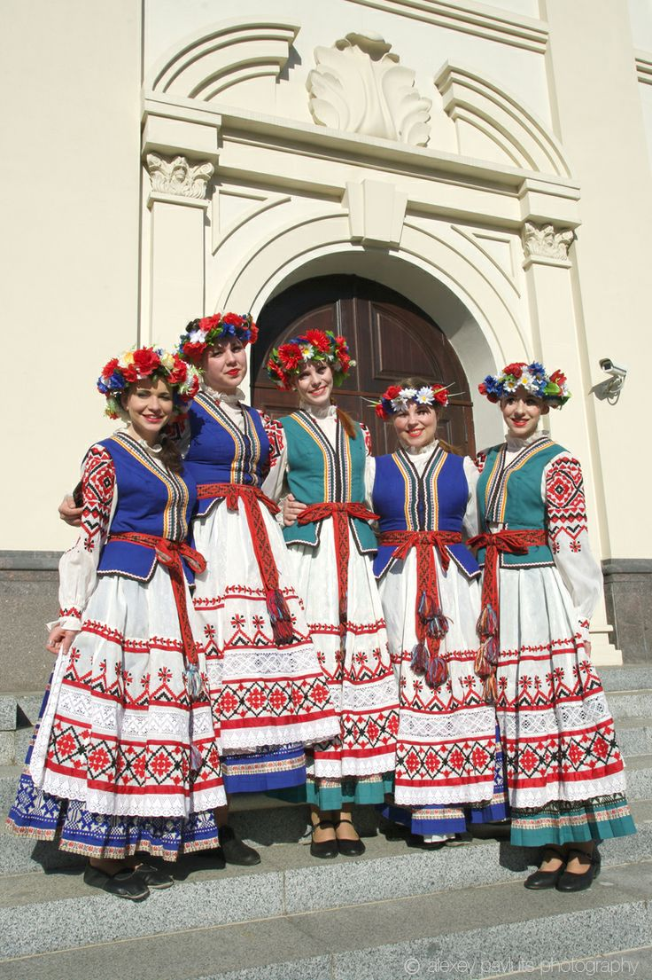 "Minsk, girls of the folk group ""Bliskavitsa"" in national costumes by Alexey Pavluts"