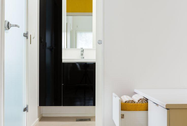Kurkistus ovelta. Kodinhoitohuone on pesutilojen jatkoa, jossa toiminnot muuttuvat.