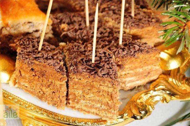 Kavrulmuş bisküvili pasta tarifi... Yapımı kolay pratik bu pastayı evde çok rahat yapabilirsiniz. http://www.hurriyetaile.com/yemek-tarifleri/pasta-tarifleri/kavrulmus-biskuvili-pasta-tarifi_1147.html