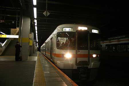 週末の深夜、2両の列車は満員になった。楽しい時間を乗せて、この街に余韻を残して、普通列車は旅立ってゆく。僕はここで降りて、列車を見送る。[2008/4 豊橋駅 JR東海道本線1147F岡崎行(313系)]© 2010 風旅記(M.M.) 風旅記以外への転載はできません...