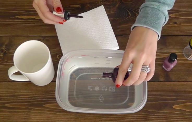 Hun hælder neglelak ned i varmt vand - dette trick er genialt