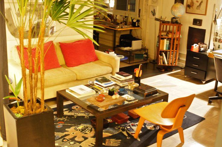 O apartamento é um loft onde a sala entra no escritório que entra na sala de televisão e finalmente no quarto.  Pingada com peças de design e arte que harmonizam com objetos folclóricos, é um espaço intenso de informação, rico de experiência e divertidíssimo que espelha a filosofia de vida da dona! - Marilu Beer