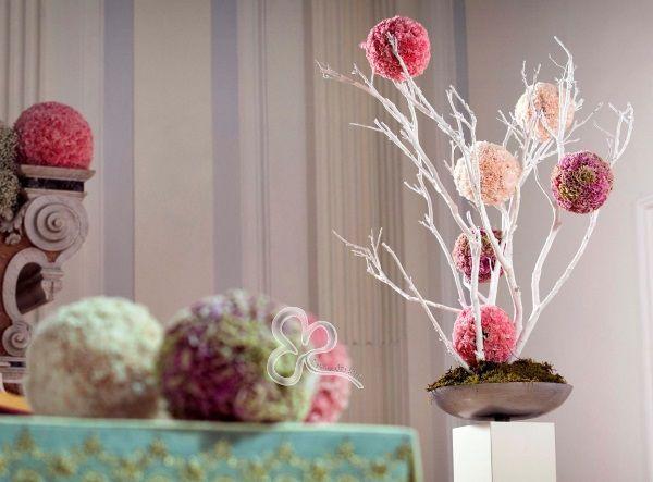 Per gli allestimenti floreali in chiesa di un matrimonio in stile minimal chic, ecco composizioni lineari e moderne nelle più delicate sfumature del rosa.