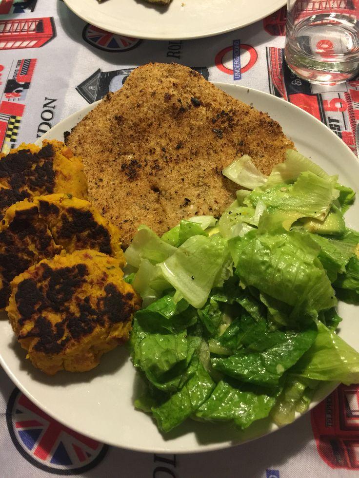 Cena: petto di pollo panato arrosto, insalata con lattuga e avocado e polpette di zucca e prosciutto crudo