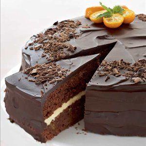 Voitele ja korppujauhota tasapohjainen kakkuvuoka halkaisijaltaan 24 cm. Kuumenna uuni 175 asteeseen.Erottele munan valkuaiset keltuaisista. Paloittele suklaa ja voi astiaan. Sulata voi ja suklaa vesi...
