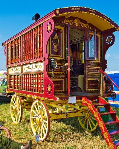 .This looks so much like the circus wagon Tom & Kate Smith had when we went to ride ponies!