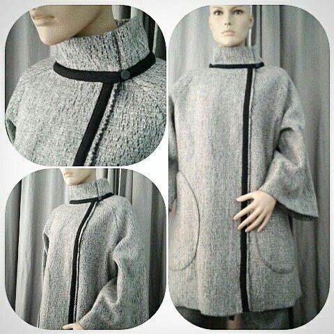 Cappotto sale e pepe dall'originale tessitura 100% lana  sfoderato, ampie maniche raglan e grandi tasche a goccia €180.