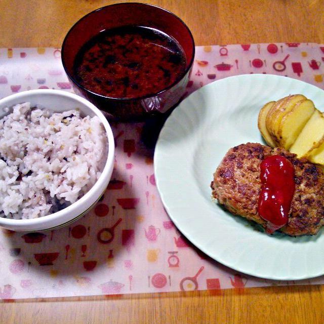 ハンバーグにはしょうがのすりおろし入り~お肉がちょっと少なかったのでお豆腐とパン粉で少し増量笑 じゃがいもはオーブンでほっくりポテトに! - 10件のもぐもぐ - 10月2日 ハンバーグ ポテト ごぼうとにんじんのお味噌汁 by sakuraimoko