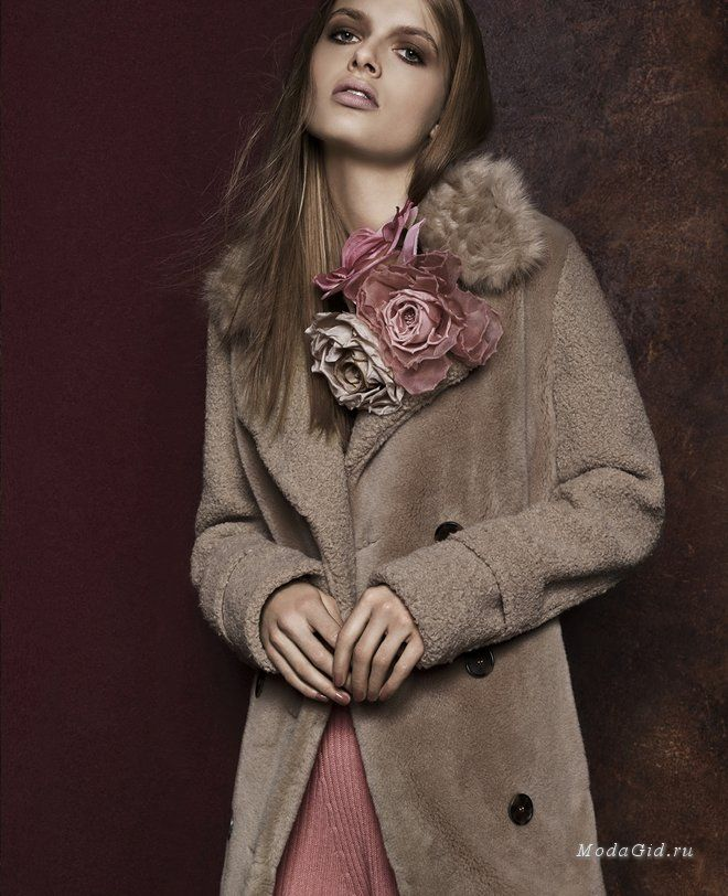 Новая коллекция Marc Cain стала интригующим прочтением привычных для марки образов. Обычно сдержанный и спокойный стиль бренда зазвучал контрастнее и притиягательнее благодаря обилию декора, замысловатым узорам и смелым цветовым сочетаниям. Ещё одним сюрпризом для многих будет то, что в России у немецкого бренда есть официальный интернет-магазин.