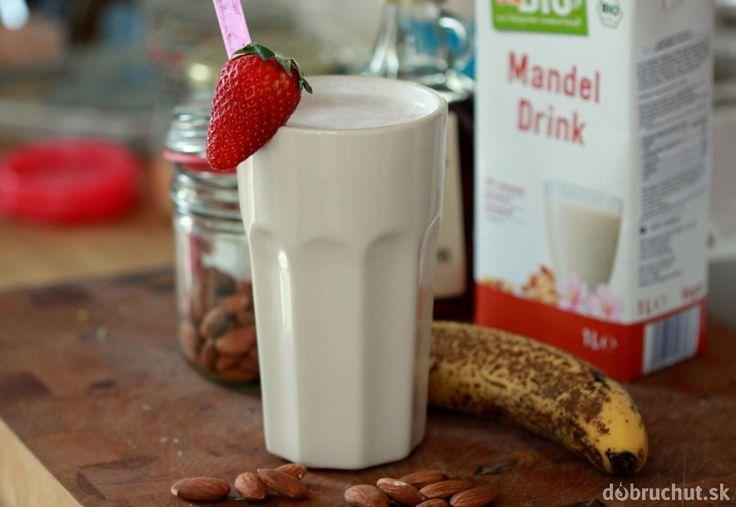 Mandľový drink pre deti s jahodami