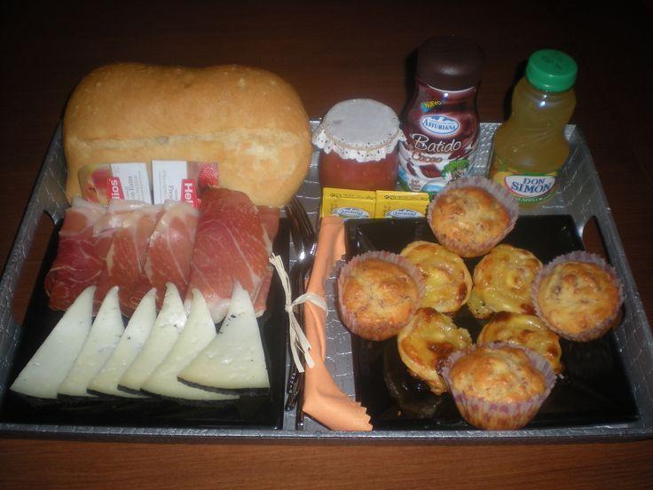 Desayuno para celebrar su Primer Aniversario!! Que sea el primero de muchos más, pareja!!   Compuesto por: jamón, queso, madalenas saladas, hojaldres de bacon y queso, pan de chapata, tomate rallado, mermelada, mantequilla, un batido y un zumo. Todo en una bandeja plateada!!