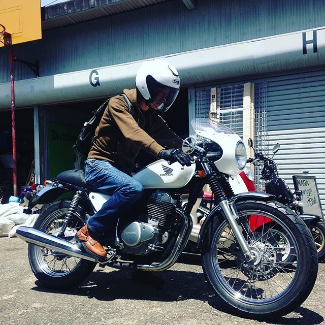 Fun Fun Sunday. 先日までカスタムさせてもらってたCB400SS!カッコいいですね!やっぱ人が跨った姿が1番カッコいい。 オイル交換など軽整備でした!ありがとうございますー!! http://www.garage-ride.com  #garageride #ガレージライド #SR400 #motorcycles #奈良 #バイク #カスタムバイク #cb400ss #Caferacer #カフェ #カフェレーサー #今日はいい天気