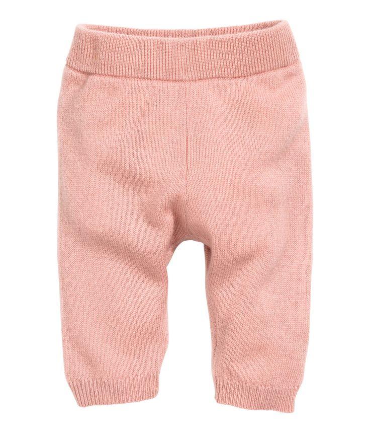 Poederroze. BABY EXCLUSIVE/PREMIUM QUALITY. Een fijngebreide broek van zacht kasjmier. De broek heeft elastiek in de taille en een ribgebreide boord onder