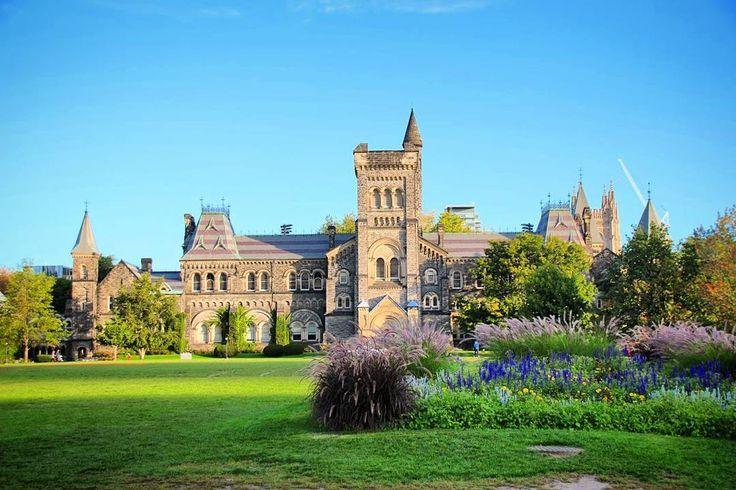 SÉRIE CANADÁ DE LESTE A OESTE!  Nesta série já mostramos as cidades de Quebec com opções de bate-volta Montreal Ottawa Niagara Falls e Niagara on the Lake.  Agora é hora de visitarmos Toronto antes de partirmos para as incríveis montanhas rochosas canadenses.  Se você gosta de arquitetura e história dê uma volta naUniversidade de Toronto (foto) e no Queens park terminando no Royal Ontario Museu . Eu morri de vontade de voltar a estudar rs.  Outras atrações para você curtir a cidade:  1)Casa…