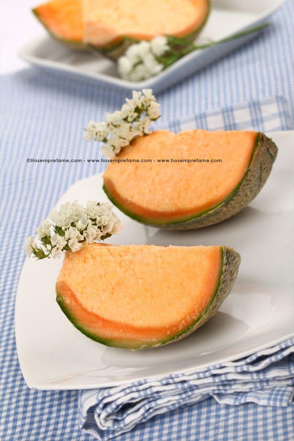 Il semifreddo al melone è un dessert fresco, perfetto per la stagione estiva. Noi lo presentiamo servito direttamente nella calotta del melone.