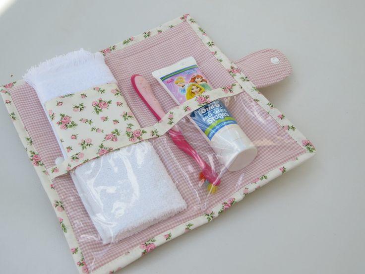 Kit higiene em tecido 100% algodão floral. Toalha macia com barrado compõe a peça. Interior plastificado com 2 divisórias Fechamento botão pressão. Sob encomenda consulte mostruário de estampas.