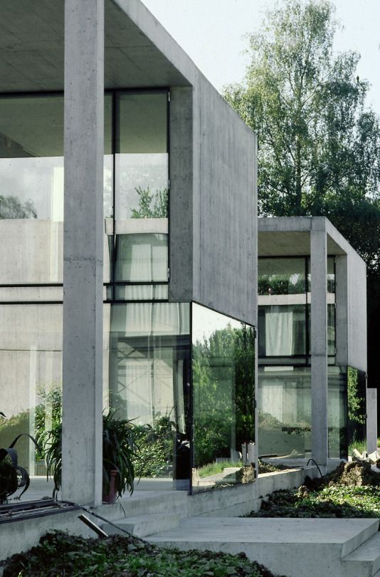 Love this modern mix of glass and concrete.