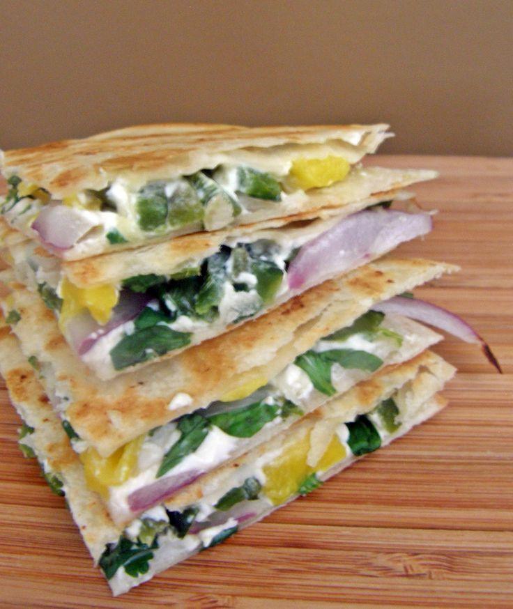 Quesadillas de queso crema con poblano, mango y cebolla morada