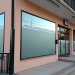 VETROFANIA E PRIVACY - Decorazione vetrina con pellicole satinate e stampe digitali http://www.ventotto.net/vetrofanie/ #vetrofanie #stampadigitale #pellicolesatinate