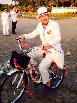 Andrés Parra llega en bicicleta a su matrimonio en Cartagena.