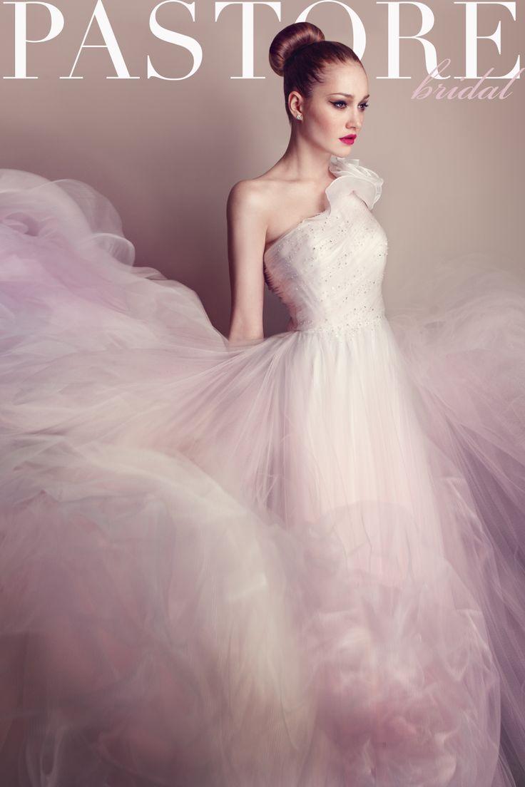 Sofisticato abito monospalla in tulle rosa sfumato, con rouches floreale su scollatura e preziosi punti luce sul corpetto. Disponibile anche in bianco seta
